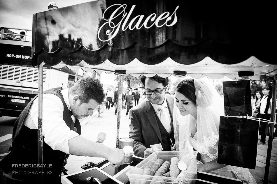 Photos de mariés à Paris, près de Notre-Dame.