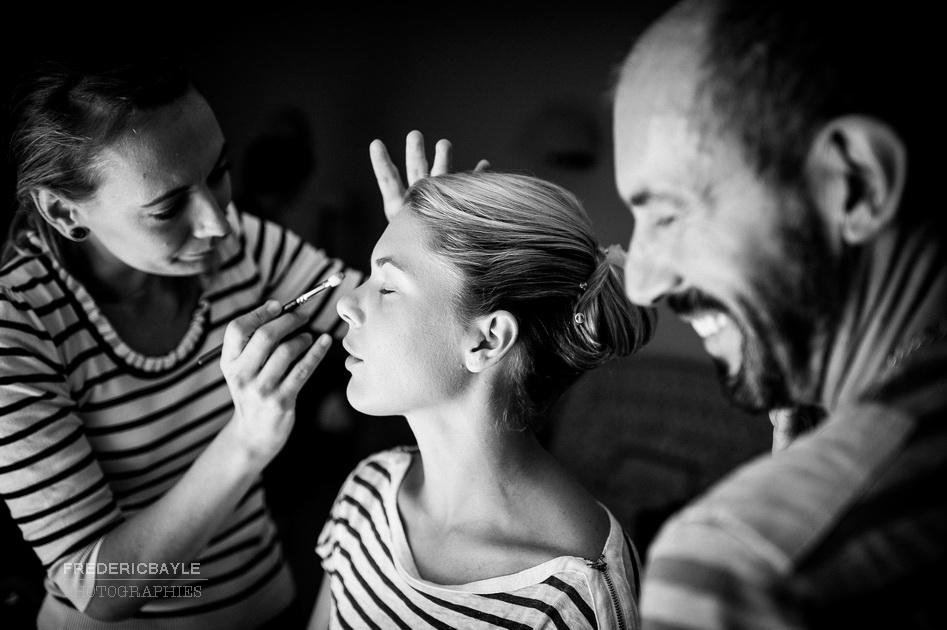 moment d'émotion durant les préparatifs du mariage
