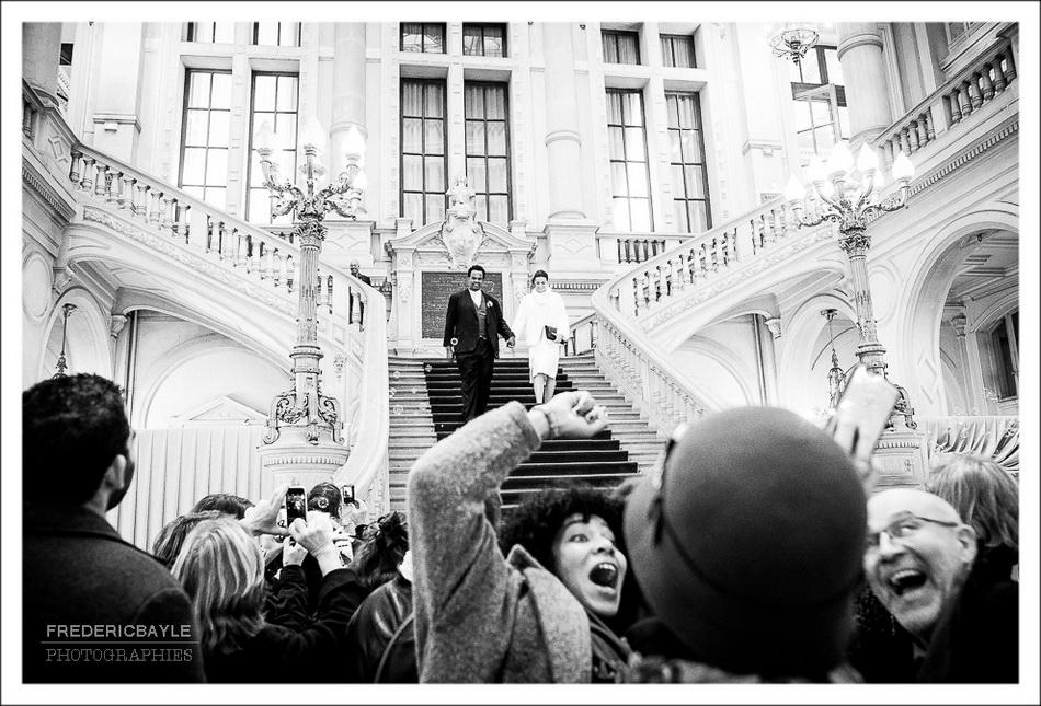 L'art de faire un selfie de mariage au moment de la sortie des mariés de la mairie