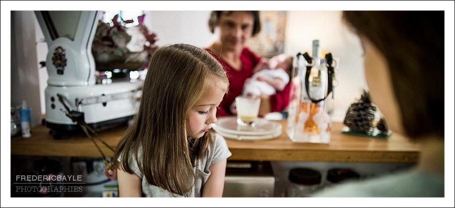 reportage de famille : plan sur la famille dans sa maison
