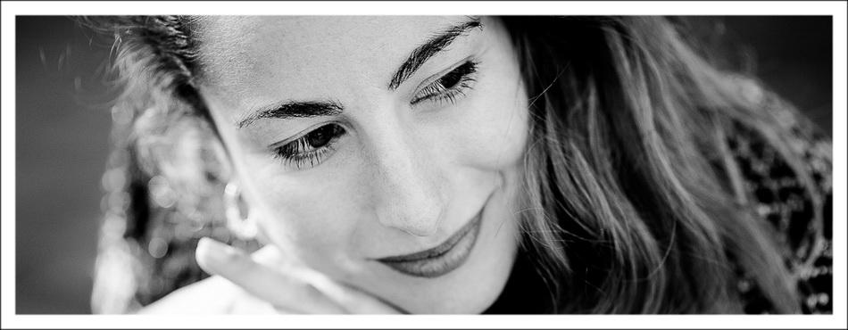bandeau intermédiaire : gros plan en noir et blanc sur portrait de femme