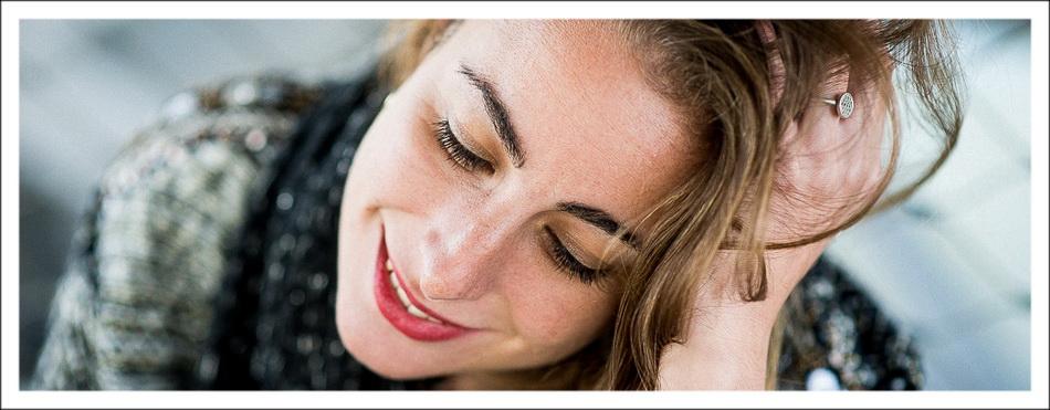 bandeau inférieur : portrait en couleur avec sourire modèle féminin