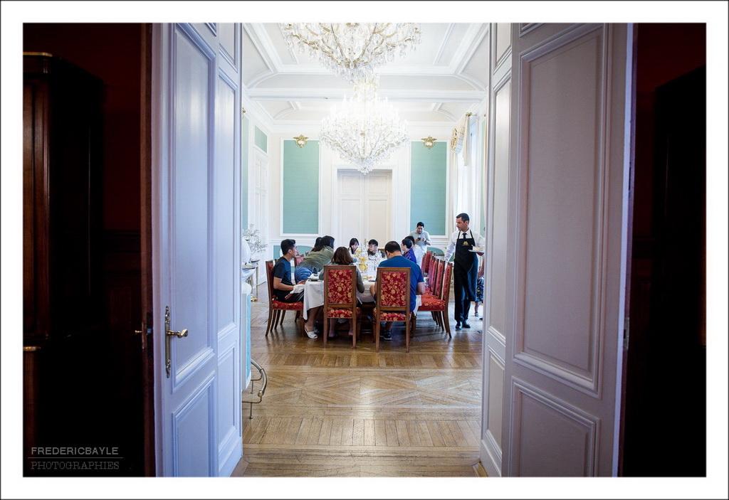 Plan large dans la grande salle du château de bouffémont